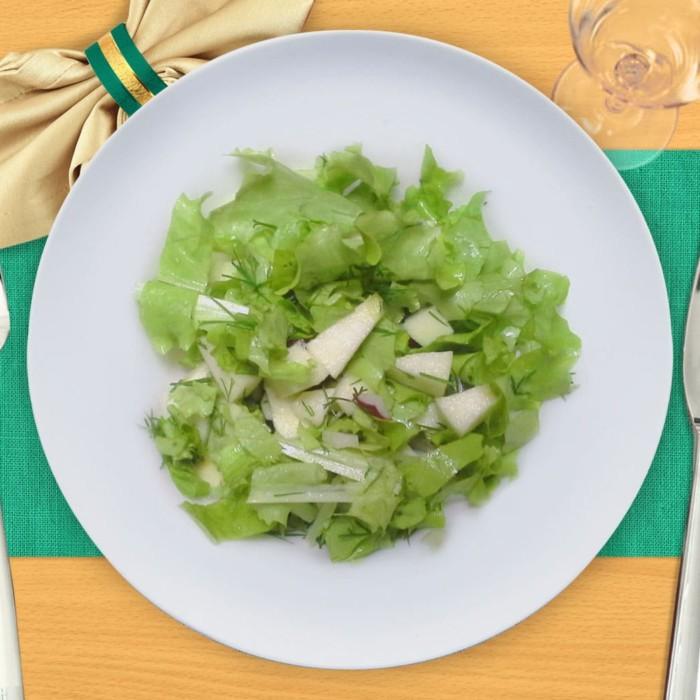 Салат из зелени с яблоком